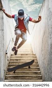 Profi-Skateboarder-Junge springt von der Treppe