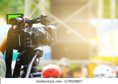 Professional video technician With a video camera, the television is recording.