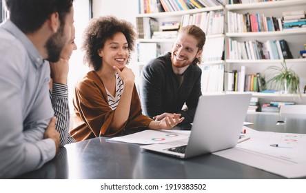Programmeurs coopérant au sein de l'entreprise informatique développant des applications