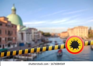 Verbot gelber Zeichen mit Modell des Coronavirus Moleküls auf einem Warnbänder auf unscharfem Hintergrund des Canal Grande in Venedig, Italien. Coronavirus, Covid 19 pandemic, Quarantine-Konzept.