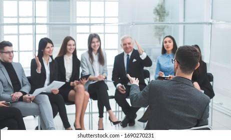 jefe de proyecto que realiza un informe para el equipo de negocios