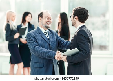 project Manager shaking hands with the employee prior to the seminar