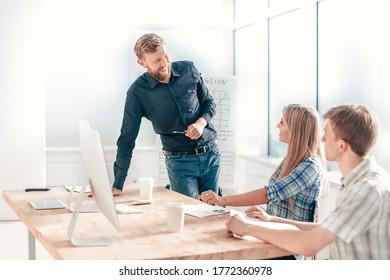 jefe de proyecto en una reunión de trabajo con el equipo de negocios
