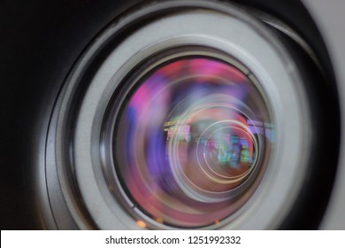 Projector lens with close-up highlights