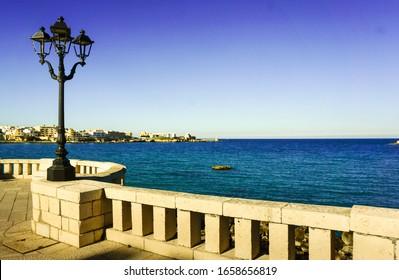 Promenade und Lamposten an der Küste