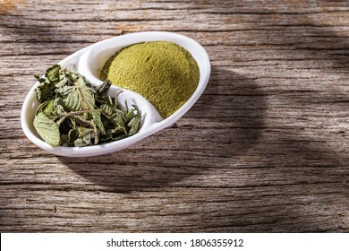 Pronto Alivio leaves and powder on the table, Lippia Alba