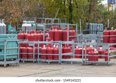Propane gas cylinders in a filling station