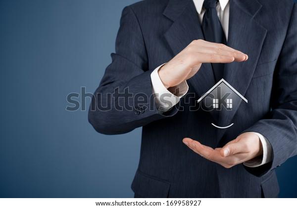 Konzept der Immobilienversicherung, der Wertpapier- und Immobilienmakler. Schutz der Geste des Menschen und Symbol des Hauses.