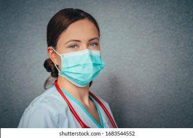 Schutz gegen ansteckende Krankheiten, Coronavirus. Weibliche Ärztin mit hygienischer Gesichtsmaske zur Vorbeugung von Infektionen, Atemwegserkrankungen wie Grippe, 2019-nCoV. Studioaufnahme, schwarzer Hintergrund