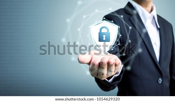 Schutz des Netzwerksicherheitsrechners und Sicherung Ihres Datenkonzepts, Geschäftsleute mit Schutzschild-Symbol