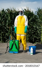 Combinaison de protection pour l'administration des pesticides et la lutte antiparasitaire dans les cultures