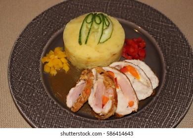 Pln?ná kr?tí prsa, š?ouchané brambory. - Shutterstock ID 586414643