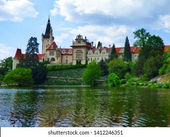 Pruhonice, Czech republic - 05192019: Slunečný den v Průhonicích, na fotografii je hrad, stromy a obloha s mraky.