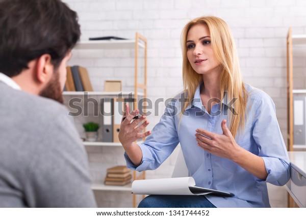Psicólogo con su paciente en el consultorio, dándole consejos sobre su vida
