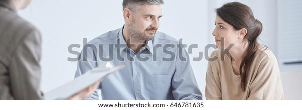 Psychologe und junge Ehe nach erfolgreicher Ehetherapie