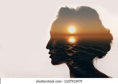 Conceito de psicologia. Nascer do sol e silhueta mulher sonhadora.