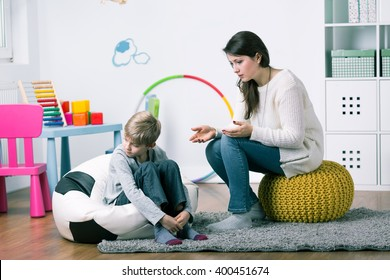 Psychotherapist trying to find solution for little boy's problems