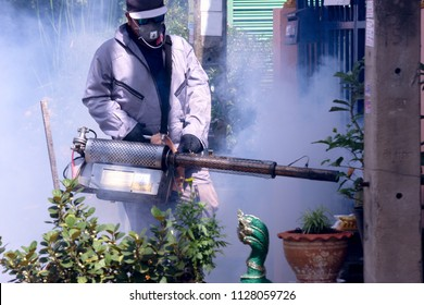 Public Health Officer Injection fogging Get rid of mosquitoes in the village community.