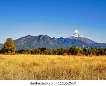 Pucon mit rauchendem Vulkan.
