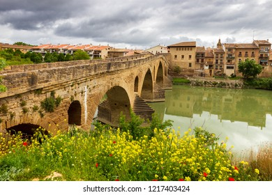 Puente la Reina (Bridge of the Queen) bridge over the Arga river. Navarre, Spain