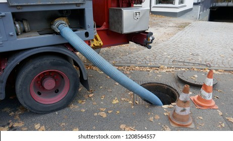 Pumping off the sewage tank of a mobile sanitary container into the sewage system
