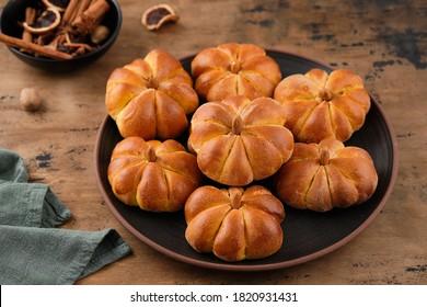 Pain à la citrouille avec épices sur fond marron. Concept alimentaire d'Halloween. Concept d'automne.