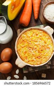 Casserole de citrouille avec carottes et riz sur la table