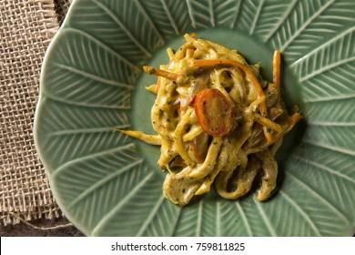 pupunha palm heart spaghetti with bechamel sauce, shitake and sautéed vegetables