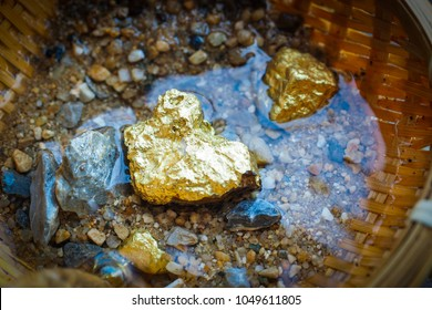 Pure gold Mixed with sandstone gravel in the basket.