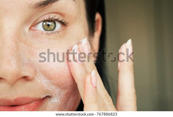 purificação do rosto. menina lavada com esfregaço para limpar os poros.