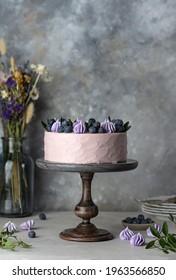 violetter Kuchen mit Sahne, Marmelade und frischer Blaubeere