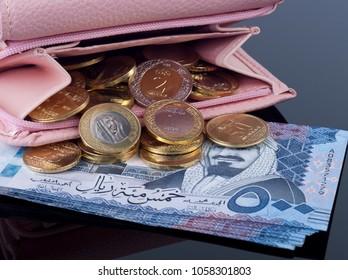 Purse, Open with Saudi Riyal Coins and 500 Banknotes