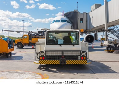 Pushing the airplane back the cart tow tracktor on the front landing gear of the chassis. Service and preparation for the flight