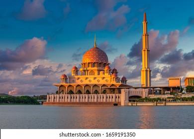 Putra Moschee während des schönen Sonnenuntergangs Himmel , die berühmteste Touristenattraktion in Malaysia.