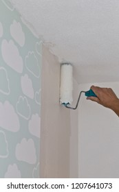 Putting wallpaper adhesive on the wall to hang wallpaper