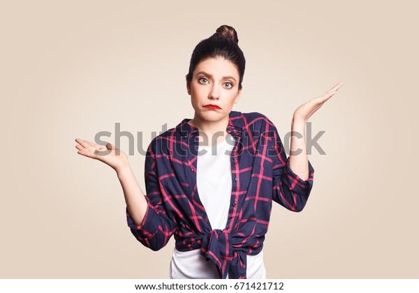 困惑し、手を広げた、だらしない若い女性は肩をすくめ、こう言った。だれが気にするか、だから何だか分からない。人間のネガティブな感情、表情、人生の知覚、態度。