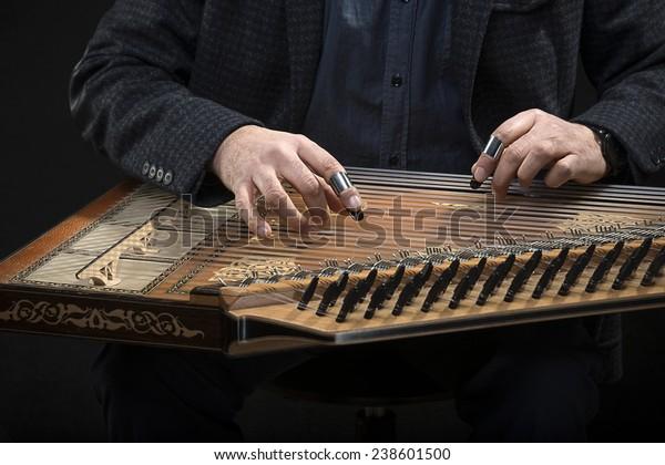 Qanun, ein zither ähnliches Instrument mit achtundsiebzig Streichern.