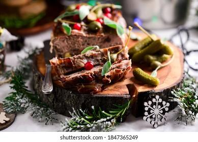terrine de caille dans un décor de Noël. mise au point sélective