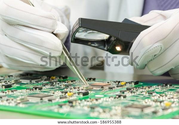 Contrôle de la qualité des composants électroniques sur les PCB dans une usine de haute technologie de laboratoire