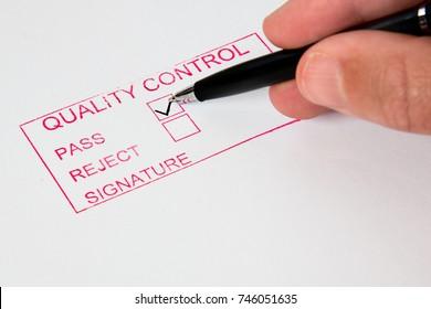 Qualitätskontrolle   Ein Qualitätskontrollstempel mit Durchgang oder Abweisung.
