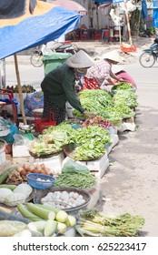 QUANG NGAI, VIETNAM - OCTOBER 25, 2009 : Vietnamese Vegetable Sellers At Quang Ngai Wet Market
