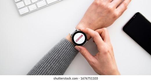 Quarantäne und Warnung, Überwachung, Meldung von Krankheitsausbrüchen bei mobilen und intelligenten Uhrengeräten. Bleiben Sie zu Hause Ratschläge, um die Ausbreitung von Coronavirus COVID-19 zu stoppen. Globale Pandemie Covid -19 Prävention