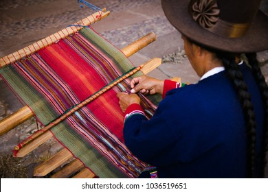 Quechua woman knitting with lama wool in a traditional peruvian way. Cuzco, Perú. 2018