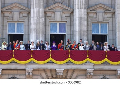 Queen Elizabeth II is greeting the crowd from the Buckingham palace balcony
