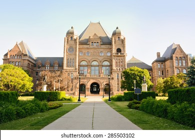 Queen's Park Ontario Legislative Building viewed from University Avenue, facing north./Queens Park