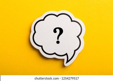 Fragezeichen-Sprechblase einzeln auf gelbem Hintergrund.