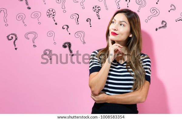 考え深い姿勢の若い女性との疑問符