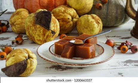 El queso quinceañero o la marmelada es una gelatina dulce y gruesa hecha de la pulpa de la fruta de los quince. dulce de membrillo en España