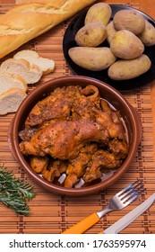 Conejo en salmorejo con patatas, plato típico de las Islas Canarias