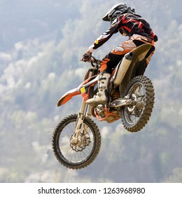 race with motocross on dirt